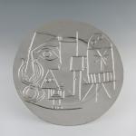 Jacqueline au chevalet, 1958 Plat rond en argent réalisé d'après une céramique de Picasso. Diamètre 42,5 cm Domaine de Seneffe – Musée de l'orfèvrerie de la Communauté françaisedeBelgique/ Photo©asblDomainedeSeneffe-Musée de l'orfèvrerie de la